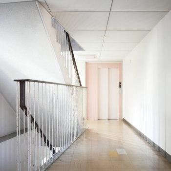 階段と通路は広々 ※写真は前回募集時のものです。