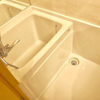 白を基調としたスッキリとした浴室