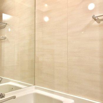 浴槽は鏡張りなのがポイント
