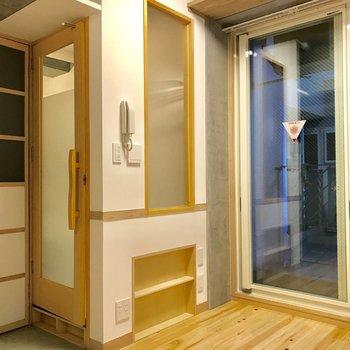 窓枠やドアノブが木製と細部にも意匠が感じます