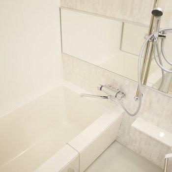 浴室は横長の鏡でより広く感じます