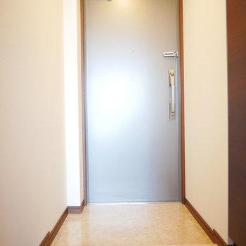 玄関は段差が小さくスッキリ