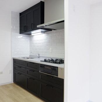 タイル張りの魅力的なキッチン。IKEAオリジナルのキッチンです。