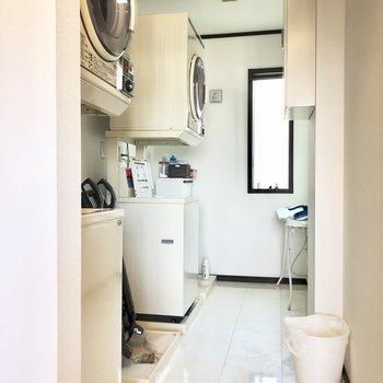 【1階共用部】洗濯スペース。洗濯機に、アイロンもあります。
