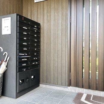 【1階共用部】玄関の外には宅配ボックスも!