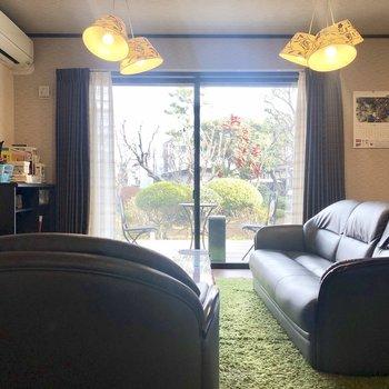 【1階共用部】大きなソファでゆったりできそう。