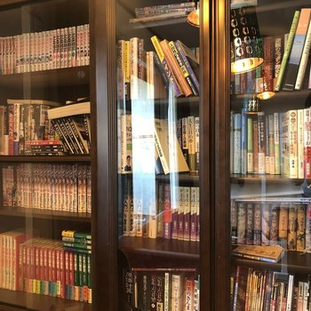 【2階共用部】本棚には本がびっしり!マンガに、伊達政宗!?