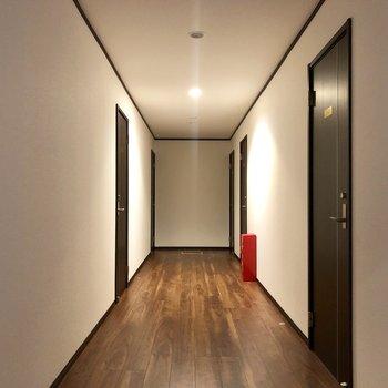 【1階共用部】廊下です。共有のLDKに行ってみましょう♩