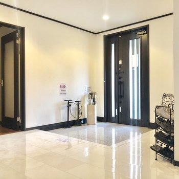 【1階共用部】玄関に入ると、、高級感のある白いタイル。スペースも広いですね。