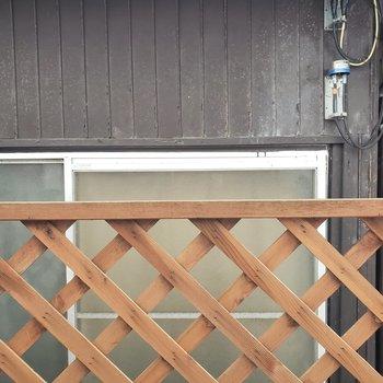 キッチン正面の窓の眺望。柵付きで安心◎