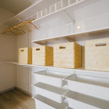 収納棚は用途に合わせてカスタマイズできますよ!※写真は反転間取り別部屋のモデルルームです