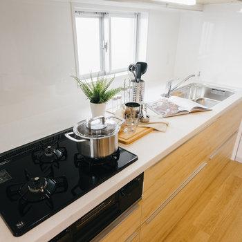 ゆったりキッチンだと2人でキッチンに立つ時間も長くなりそう。※写真は反転間取り別部屋のモデルルームです