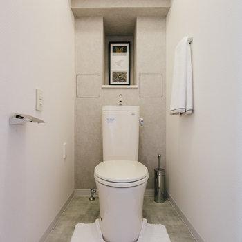 トイレの棚にはイラストなどを。※写真は反転間取り別部屋のモデルルームです