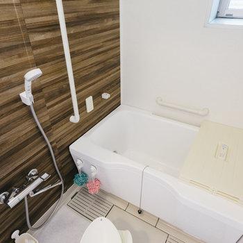 浴室はブラウンで大人っぽく。※写真は反転間取り別部屋のモデルルームです