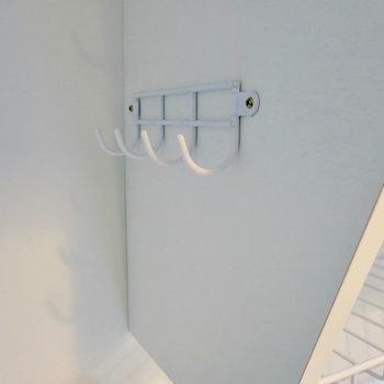 おたまや網じゃくしをかけられるフック付き。※写真は9階の反転間取り別部屋のものです。