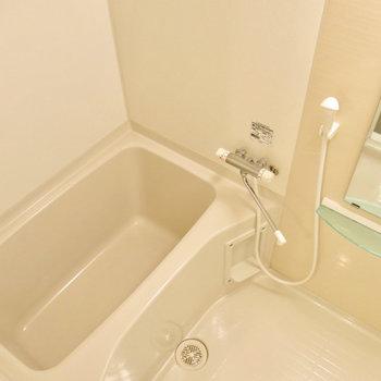 ピカピカのお風呂!※写真は9階の反転間取り別部屋のものです。