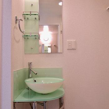 綺麗な洗面台。※写真は9階の反転間取り別部屋のものです。