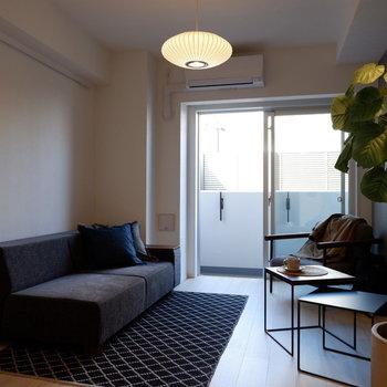採光は大きな窓から。※写真は1階の反転間取り別部屋のものです
