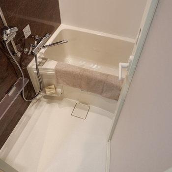 お風呂場はちょうど良く一人分。※写真は1階の反転間取り別部屋のものです