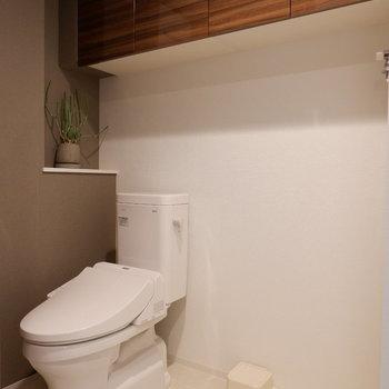 トイレと洗濯機が並んで…※写真は1階の反転間取り別部屋のものです