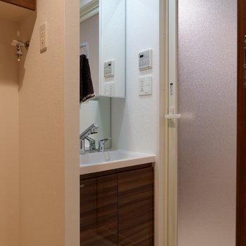 その隣に洗面台があります。※写真は1階の同間取り別部屋のものです
