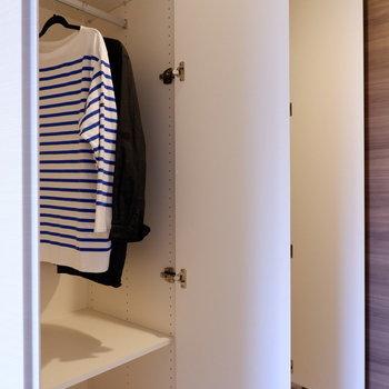 収納はドア前に2箇所です。※写真は1階の同間取り別部屋のものです