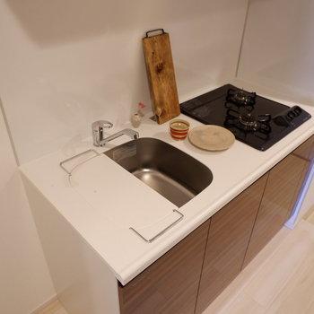 調理スペースは、トレーなどを用意して補いたいですね。※写真は1階の同間取り別部屋のものです