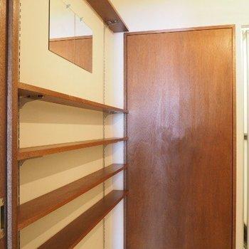 脱衣スペースには備え付けの棚があります〜 ※写真は前回募集時のものです。