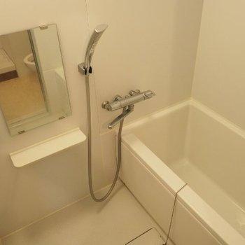 お風呂は白くてちょうどいい広さ ※写真は前回募集時のものです。