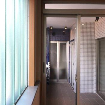 すりガラス窓のお部屋からベランダに出れます。ベランダ広いです!反対側はバスルームです。※写真は5階の反転間取り別部屋のものです