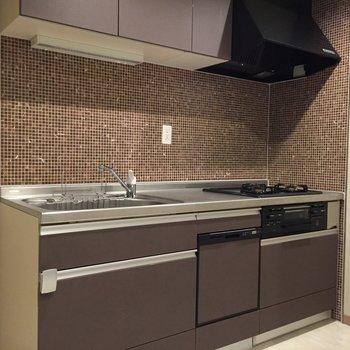 ビルトイン食洗機付システムキッチン!タイルがまた素敵です。※写真は5階の反転間取り別部屋のものです