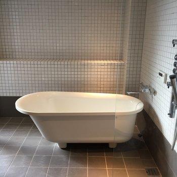 憧れの猫足のお風呂♪ 泡風呂にして女優気分を味わえますよ〜。※写真は5階の反転間取り別部屋のものです