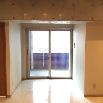 ベランダに続く窓。※写真は5階の反転間取り別部屋のものです