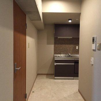 奥はキッチン。高級感があります・・・。※写真は5階の反転間取り別部屋のものです
