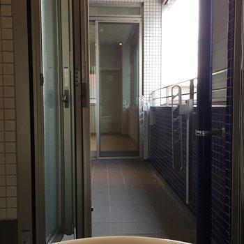 バスルームの扉を開けると、奥には洋室がちらり。※写真は5階の反転間取り別部屋のものです