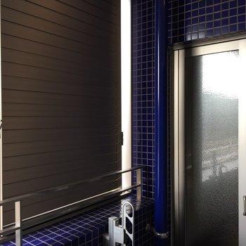 ベランダには可動式の雨戸があります。バスルーム側にしておくと安心ですね。※写真は5階の反転間取り別部屋のものです