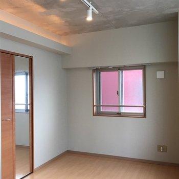 2部屋ある洋室はそれぞれウォークインクローゼットがあります。※写真は5階の反転間取り別部屋のものです