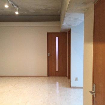 キッチンからリビングを見るとこんなかんじ。※写真は5階の反転間取り別部屋のものです