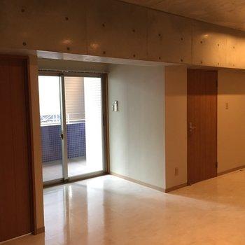 天井はコンクリート打ちっぱなし。ライティングも雰囲気でてます。※写真は5階の反転間取り別部屋のものです