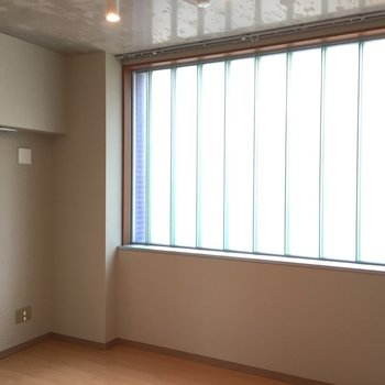 玄関入って右奥の洋室はすりガラスの窓が全面に。優しい光で温かい雰囲気。※写真は5階の反転間取り別部屋のものです