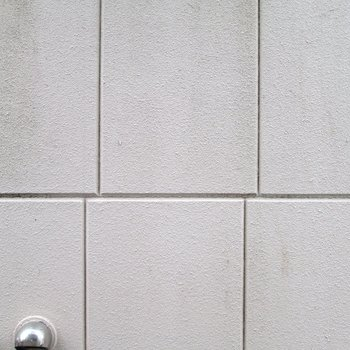 正面は建物の壁です。。