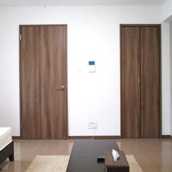 扉はブラウン調でシックに。
