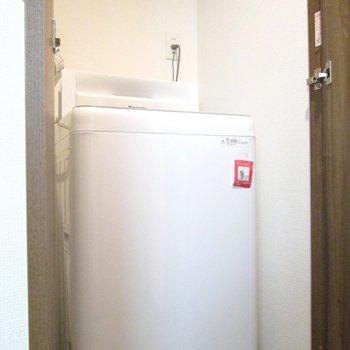 向かいは洗濯機置場。扉もついてます。