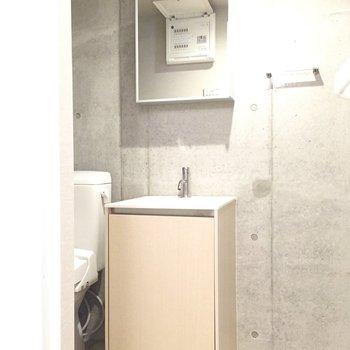 独立洗面台は、シンプルな箱型がかわいい。