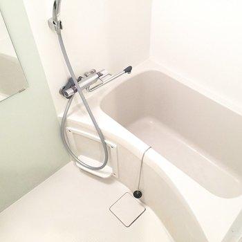お風呂には水色のアクセント。