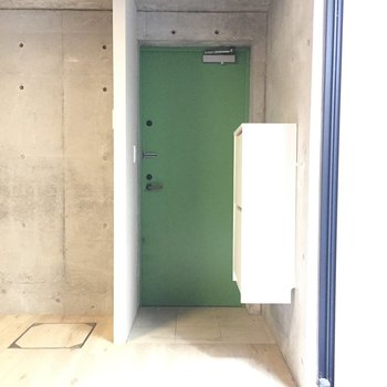 玄関の扉、緑なんですね。イケてる。