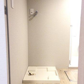 その横には洗濯機置場があります。