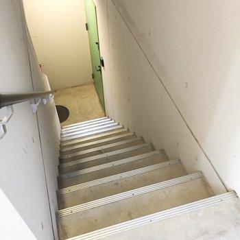 この階段を降りて、マイルームへ向かうんですよ。