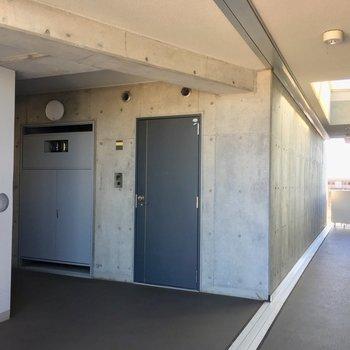 エレベータを降りてすぐのお部屋です。
