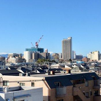エレベータの横から駅前の開発風景。ビルの間から富士山!